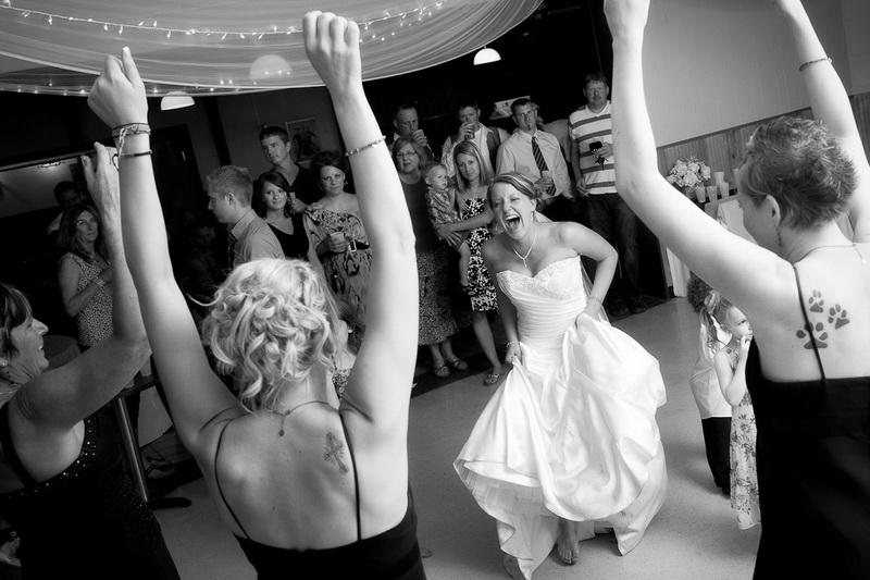 Танец невесты и подружек на свадьбе