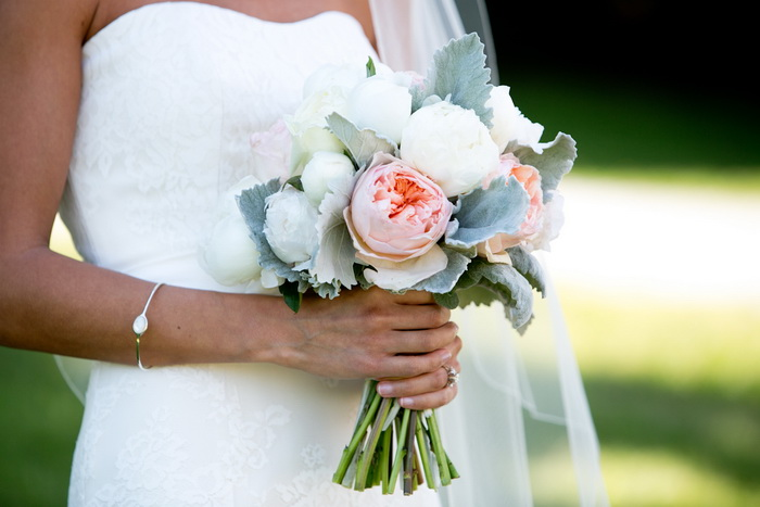 Свадебные букеты к атласному платью