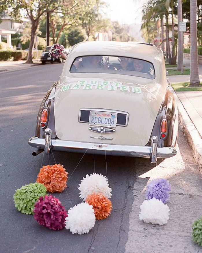 Украшение авто на свадьбу бумажными гирляндами